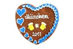 El corazón 2017 del pan de jengibre de Oktoberfest en blanco aisló el fondo Fotos de archivo libres de regalías
