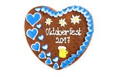 El corazón 2017 del pan de jengibre de Oktoberfest en blanco aisló el fondo Imágenes de archivo libres de regalías