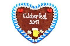 El corazón 2017 del pan de jengibre de Oktoberfest en blanco aisló el fondo Fotografía de archivo