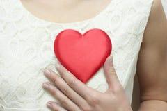 El corazón en pecho. Foto de archivo