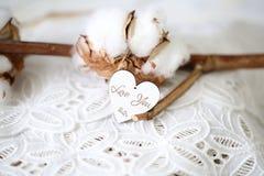El corazón formado de madera con palabras escritas le ama en él, fuente del vintage imagen de archivo