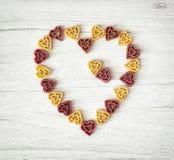 El corazón hecho de las pastas lindas, el día de tarjeta del día de San Valentín, comida de la tarjeta del día de San Valentín el Foto de archivo libre de regalías