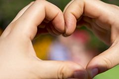 El corazón hizo con las manos para el amor imagen de archivo