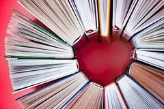 El corazón hizo de los libros en fondo rosado Ci?rrese encima de la visi?n Concepto de la historia de amor imagen de archivo