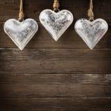 El corazón rústico del metal adorna la ejecución en la madera Imágenes de archivo libres de regalías