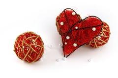 El corazón rojo con rojo adorna bolas Imágenes de archivo libres de regalías