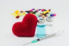 El corazón rojo de la medicina, vaccíneo y grande Fotografía de archivo libre de regalías