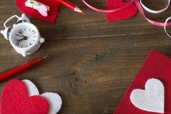 El corazón rojo, relojes, se prepara para el día de amantes Imágenes de archivo libres de regalías
