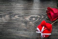 El corazón rojo subió en concepto de las celebraciones del tablero de madera Imagen de archivo