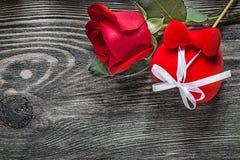 El corazón rojo subió en concepto de los días de fiesta del tablero de madera Fotos de archivo libres de regalías