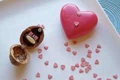 El corazón rojo y una nuez suenan la caja en retrato fotografía de archivo libre de regalías