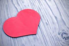 El corazón rosado en el fondo teñió tablones de madera Foto de archivo libre de regalías