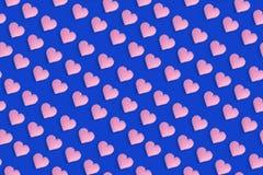El corazón rosado forma en fondo azul, el modelo lindo para el día de tarjetas del día de San Valentín o la boda Contexto decorat ilustración del vector