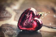 El corazón y el agua rojos del ` s de la tarjeta del día de San Valentín salpican Fotografía de archivo libre de regalías