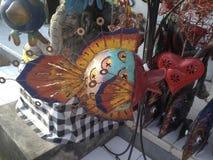 El corazón y los pescados, arte, mercancías de la artesanía, juguetes se colocan, mercado local imagen de archivo libre de regalías