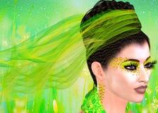 El cordón y las cintas verdes adornan a esta mujer hermosa en un equipo verde a juego, cosméticos y un fondo abstracto Modelo del fotografía de archivo