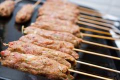 El cordero pica el kebab del seekh en los pinchos Imagen de archivo
