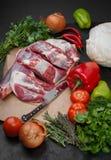 El cordero y las verduras están listos para cocinar Fotos de archivo