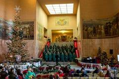 El coro de escuela secundaria de Crossler está realizando el villancico de la Navidad en el edificio del capitolio Imagen de archivo
