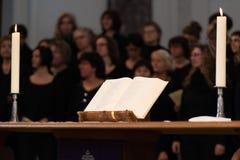 El coro de la iglesia durante la adoración mantiene Foto de archivo libre de regalías
