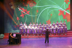 El coro de los niños de flor de Phoenix del palacio de la juventud de la ciudad de Xiamen canta la canción minnan de la lengua Imagen de archivo libre de regalías