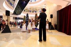 El coro de Singapur realiza villancicos de la Navidad Imagenes de archivo