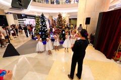 El coro de Singapur realiza villancicos de la Navidad Fotos de archivo