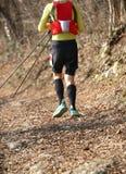 El corredor corre durante la raza de la orientación en los wi del rastro de montaña fotografía de archivo