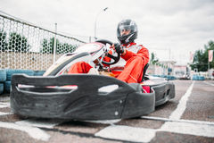 El corredor de Kart en línea del comienzo, va conductor del carro imagen de archivo
