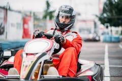 El corredor de Karting en la acción, va competencia del kart Imagen de archivo