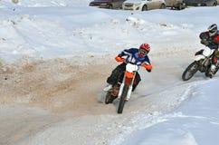 El corredor del MX del invierno en una motocicleta monta a su vez de Imagen de archivo libre de regalías