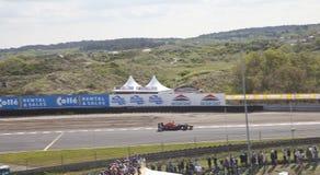 El corredor Max Verstappen del Fórmula 1 muestra sus habilidades con el historial en el circuito Zandvoor imagenes de archivo