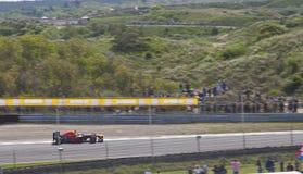 El corredor Max Verstappen del Fórmula 1 muestra sus habilidades con el historial en el circuito Zandvoor Foto de archivo