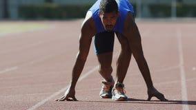 El corredor profesional comienza su raza de para agacharse comienzo, deseo de ganar, resistencia almacen de video