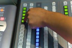El corregir de trabajo del ingeniero de la TV con el mezclador video y audio Foto de archivo libre de regalías