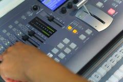El corregir de trabajo del ingeniero de la TV con el mezclador video y audio Imagen de archivo libre de regalías