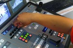 El corregir de trabajo del ingeniero de la TV con el mezclador video y audio Fotos de archivo