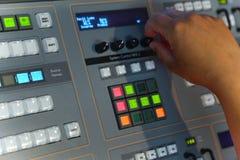 El corregir de trabajo del ingeniero de la TV con el mezclador video y audio Imágenes de archivo libres de regalías