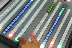 El corregir de trabajo del ingeniero de la TV con el mezclador video y audio Foto de archivo