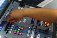 El corregir de trabajo del ingeniero de la TV con el mezclador video y audio Imagen de archivo