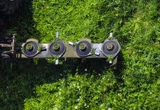 El cortac?spedes montado del disco para el tractor durante trabajo agr?cola, siega la hierba verde jugosa del c?sped durante la r fotografía de archivo