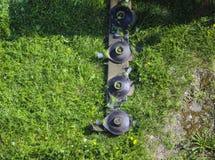 El cortac?spedes montado del disco para el tractor durante trabajo agr?cola, siega la hierba verde jugosa del c?sped durante la r imagen de archivo libre de regalías