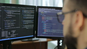 El cortar cibernético de la contraseña del terrorismo del crimen del pirata informático de la reflexión del apego de Internet almacen de video