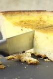 El cortar de la tarta de las natillas Imagen de archivo