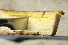 El cortar de la tarta de las natillas Foto de archivo