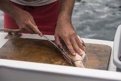 El cortar de los pescados Imagen de archivo