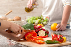 El cortar verduras para la ensalada Imágenes de archivo libres de regalías
