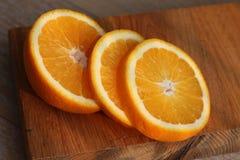 El corte anaranjado en un tablero foto de archivo libre de regalías