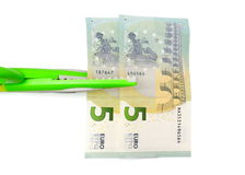 El corte cuesta concepto con el dinero, tijeras Imagenes de archivo