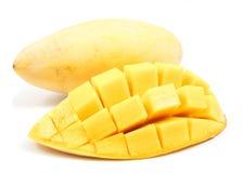 El corte de la rebanada del mango a los cubos se cierra encima de aislado fotografía de archivo